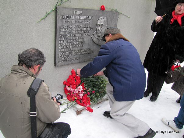Возложение цветов к Мемориальной доске Николая Генова