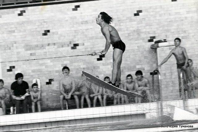 Анатолий Осипенко прыгает на водных лыжах в бассейне Дубны