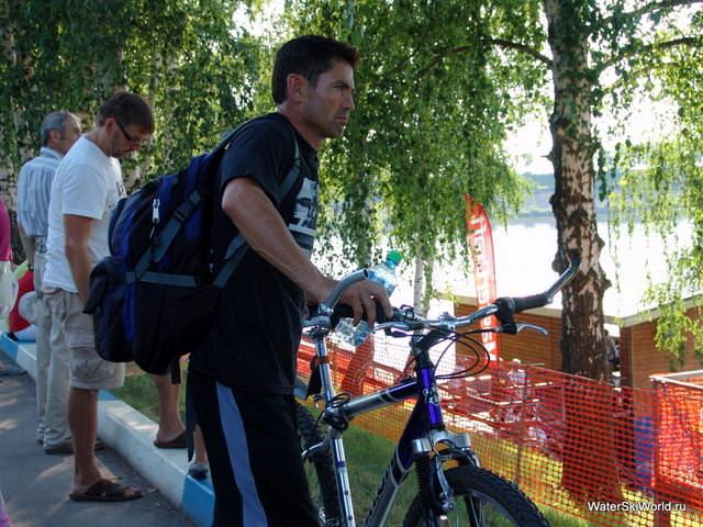 Джарет Левеллин (Jaret Llewellyn) в Дубне передвигается исключительно на велосипеде
