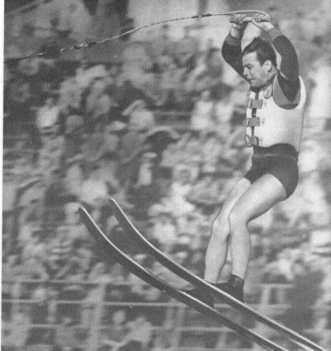 """На чемпионате преобладал такой стиль положения лыжника в полете, который демонстрирует представитель команды """"Даугава"""" А. Озолиньш"""