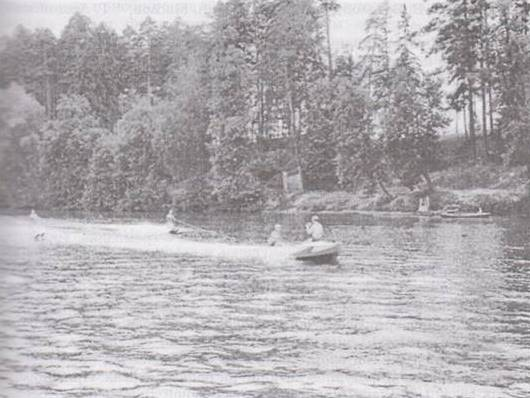 """Воднолыжники на реке Сатис (фото из книги """"Выкованные в спорте"""")"""