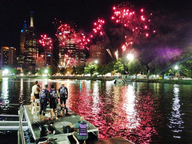 Ночной фейерверк на Moomba Festival (фото Zuze Briant)