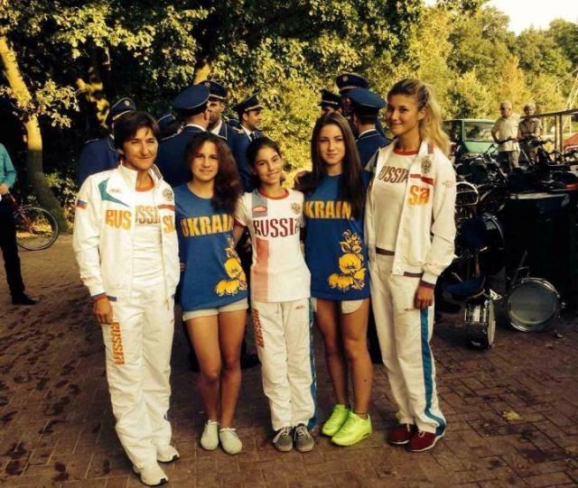 Тренер Татьяна Политова (Москва) с российскими и украинскими участницами чемпионата Европы (фото Анны Пироженко)