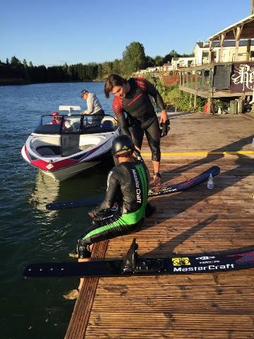 Два великих прыгуна: Райан Додд поздравляет Фредди Крюгера с победой (фото Stokes Skis)