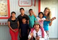 Райан Додд и его жена Бриан с семьей Сантьяго из Мексики у нового Дома надежды. Фото из ФБ Breanne Dodd.