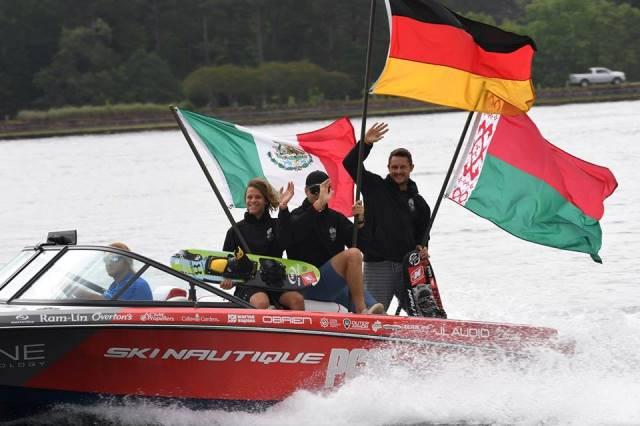Алексей Жерносек с флагом Беларуси на параде открытия Masters. Фото из альбома турнира