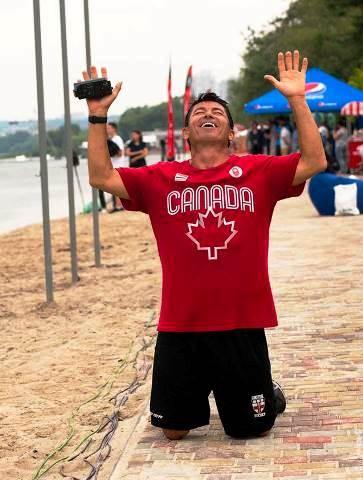Джарет Льюэллин много раз побеждал на чемпионатах мира и ставил мировые рекорды, но радость за сына рождает взрыв эмоций. Фото Марии Зылёвой