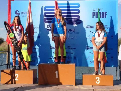 Валерия Трубская на подиуме юношеского чемпионата Европы. Фото Итальянской федерации водных лыж и вейкборда