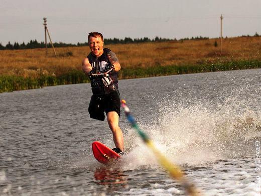 Евгений Смирнов в восторге от водных лыж Фото Марии Зылёвой