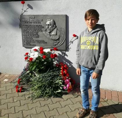 Томс Рунгис из Латвии у мемориальнгой доски Н.Л. Генова. Фото из ФБ Гинтса Рунгиса