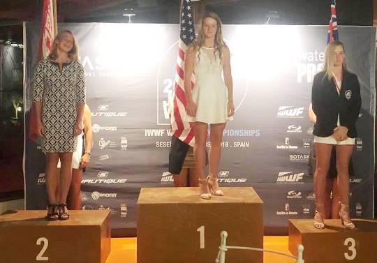 Алена Пархоменко на подиуме чемпионата мира среди юниоров - серебро в многоборье. Фото IWWF