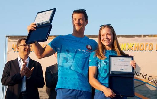Дипломы лучших спортсменов мира в водных лыжах за электротягой по итогам 2017 года были вручены на параде открытия чемпионата в Днипро Никите Папакулю и Анне Стрельцовой. Фото Sentosa Waterski Team