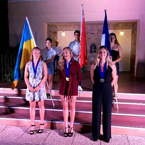 Александра Данишевская, Станислава Просветова и Эмма Брюнель (Франции) на церемонии награждения победителей в многоборье. Фото Sentosa Waterski Team
